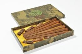 "Abacus Asiatica: ""Dunkler Phönix"" - Edles Eßstäbchen-Set aus geschnitztem Holz in Geschenkschachtel (6 Paar Stäbchen und Halter). Maße:28,5cm x 18,5cm x 3,2cm - CS-CW-S6-02 DE - 1"